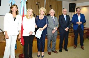 Los Miembros del STJ hacen entrega del Diploma y el presente recordatorio a la Dra. Adriana Bupo