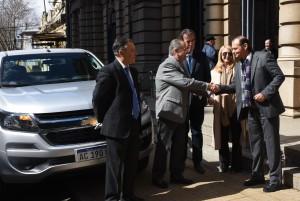 El Dr. Carubia hace entrega al Dr. Mansilla del nuevo vehículo, lo acompañan los Dres. Castrillón, Pañeda y Giorgio.