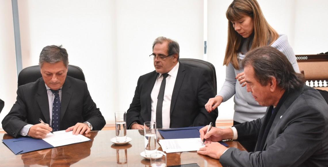 Firma convenio con Bersa